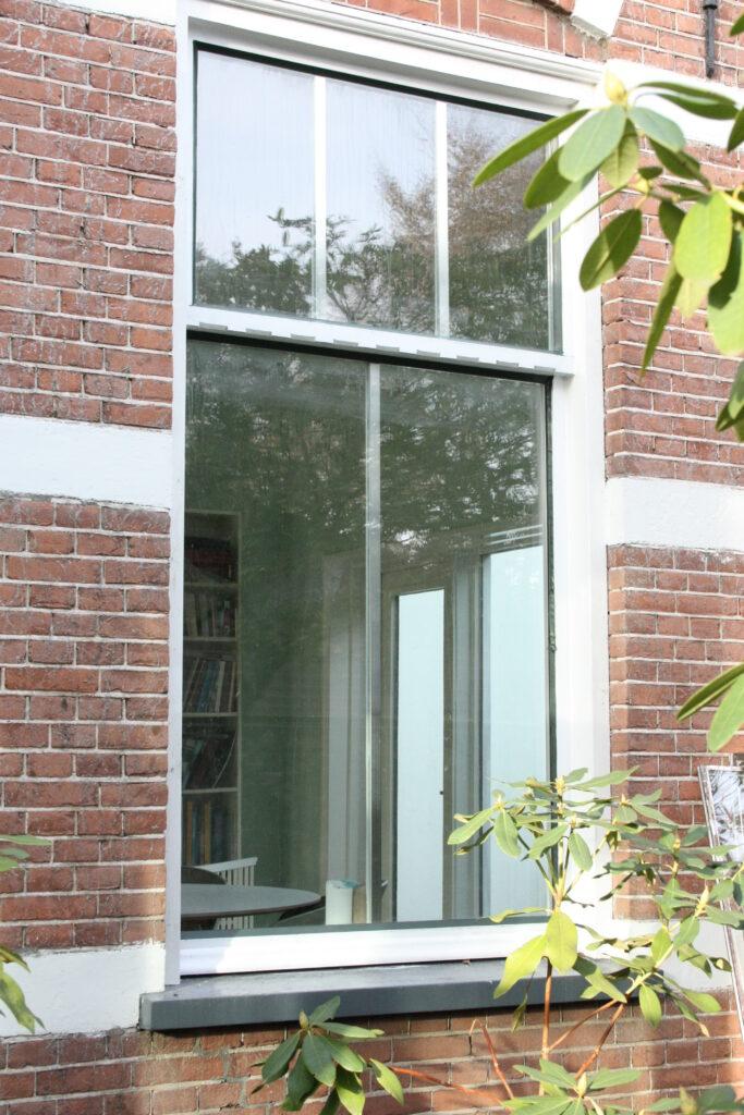 dubbel glas in raam van pand